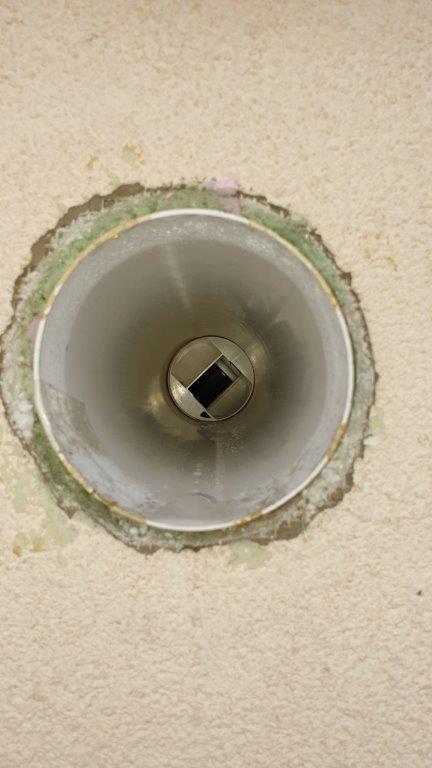 Vyosenie potrubia spôsobuje nedostatočné tesnenie hrdla jednotky, následne preteká kondenzát aj dointeriéru