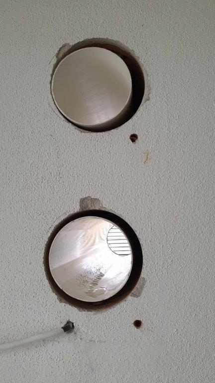 Nevypenený priestor okolo potrubí. Bez PUR peny môže vznikať prefukovanie chladného vzduchu zexteriéru